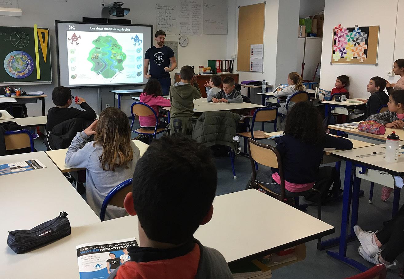 Éducation avec des interventions scolaires et le programme Water Responsable