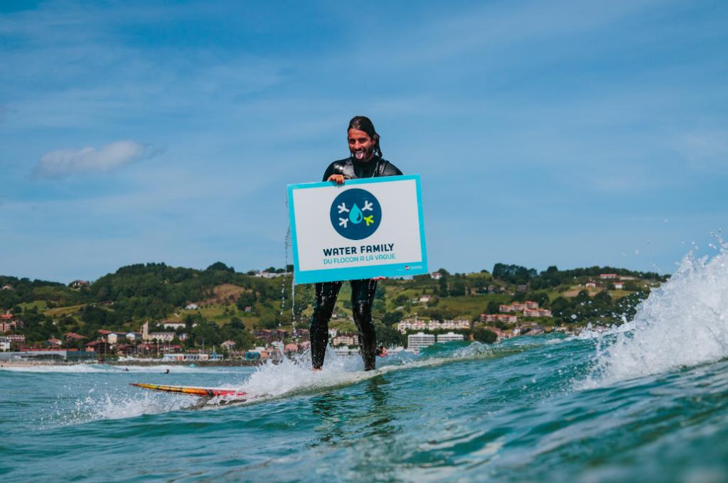 """Damien Castera, surfeur aventurier et ambassadeur Water Family, lors de la Journée Mondiale de l'Océan """"Water Family Day"""" le 8 juin 2019"""